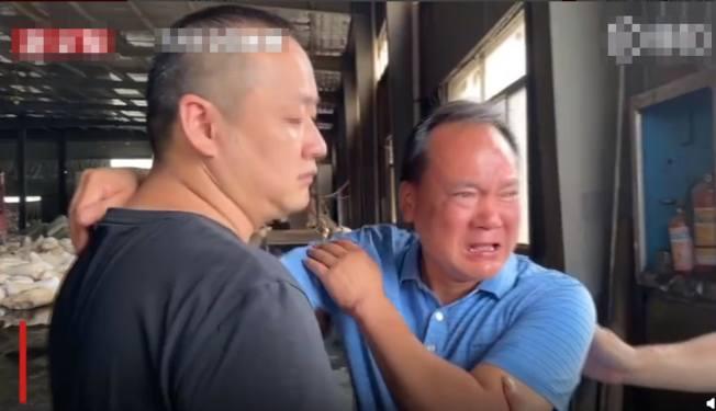 鄭先生流下男兒淚。(視頻截圖)