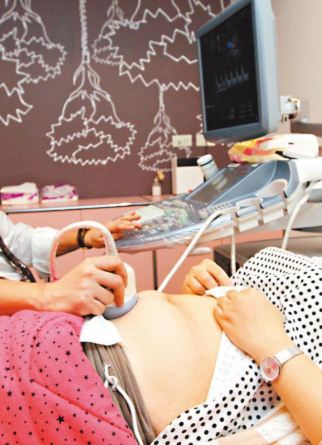 醫師建議準媽媽別因過度擔心吃到不安全食物而恐懼進食。(本報資料照片)