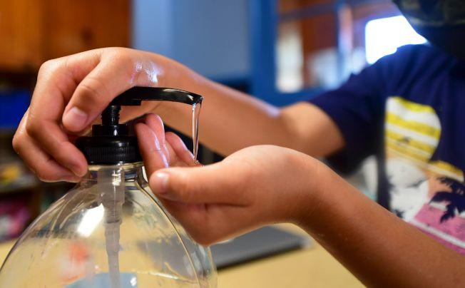食品暨藥物管理局擴大可能含有毒物質甲醇的乾洗手產品名單,呼籲民眾避免使用。(Getty Images)