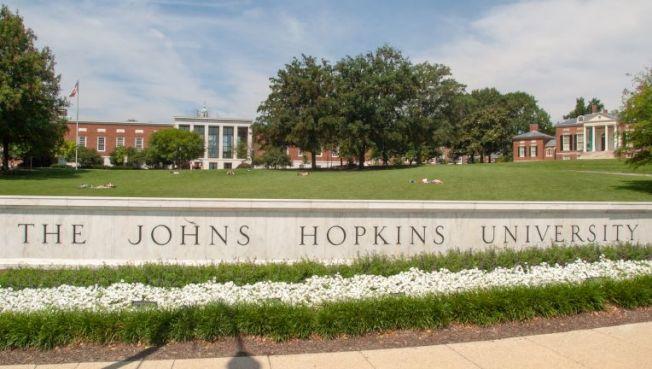 約翰霍普金斯大學也狀告川普政府移民局,要求法院頒發臨時禁制令,不得遣返全部修網課的國際學生出境。圖為約翰霍普金斯大學校景。(Getty Images)