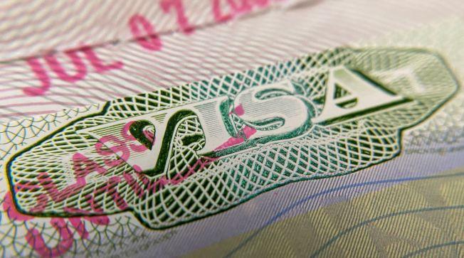 移民局對國際留學生有不得全部修讀網課,否則遣返出境的新規。圖為移民局簽證。(美聯社)