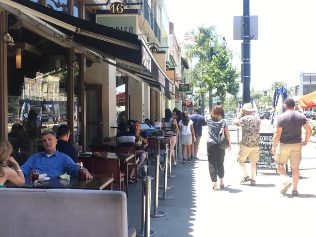 ●民眾開心坐在戶外用餐。(記者王全秀子/攝影)