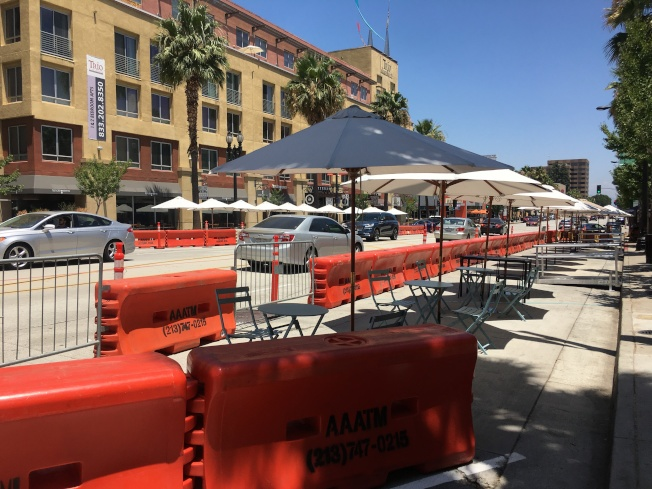 許多餐廳已將桌椅擺出來,開闢戶外用餐區。(記者王全秀子/攝影)