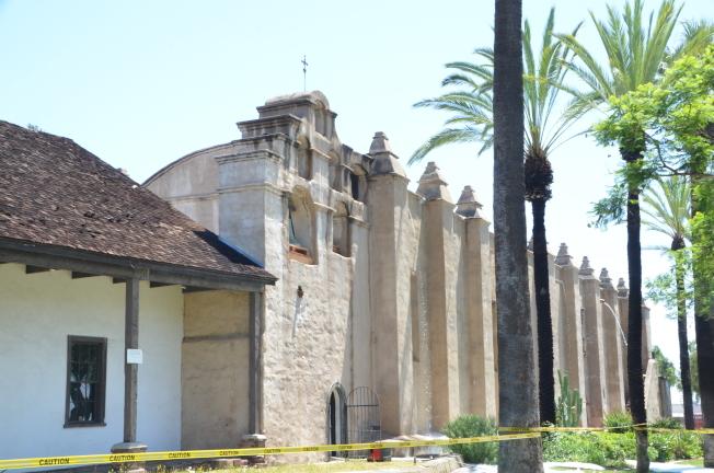 教堂屋頂受損嚴重,令人相當惋惜且心痛。(記者王全秀子/攝影)