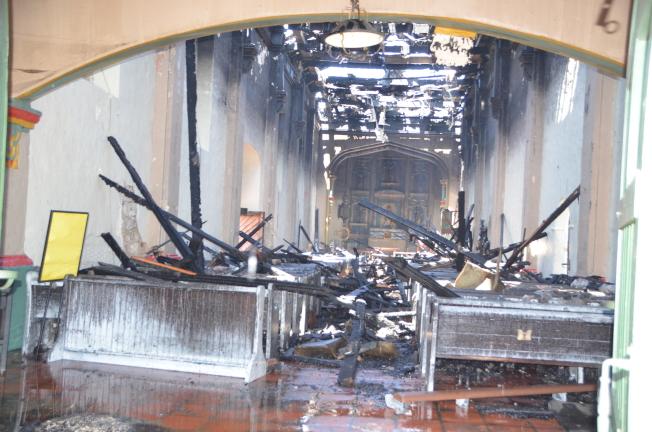 教堂屋頂燒穿受損嚴重,內部也有不同程度受損。(記者王全秀子/攝影)