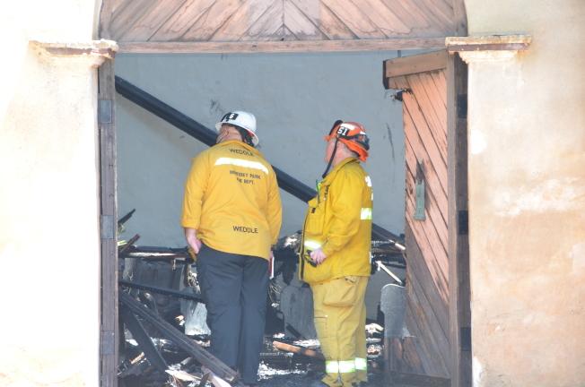 消防員正在現場評估狀況。(記者王全秀子/攝影)