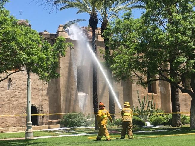 消防員為屋頂噴水降溫。(記者王全秀子/攝影)