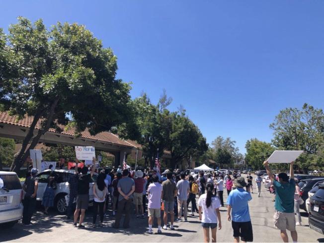 反對第16號提案的「加州公平正義聯盟組織」11日上午在佛利蒙舉辦大型車隊遊行,現場到了800人。(記者江碩涵/攝影)