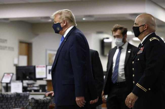 川普總統11日訪問華府郊外一家軍方醫院,首次在公共場合戴口罩。川普自3月疫症爆發以來,一直拒絕戴口罩,認為戴口罩是軟弱的表現;他周六終於戴上口罩,但不知道他以後是否會繼續戴。(Getty Images)