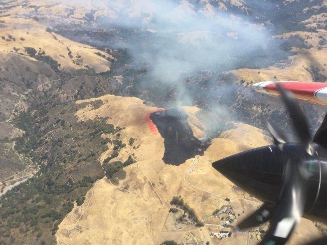 聖荷西Alum Rock山區11日出現野火,一下子就燒了45英畝的植被,幸好火勢獲得控制。(加州消防隊提供)