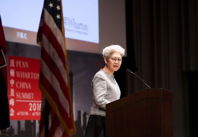 傅瑩認為中美關係「可能還不是最低谷」。圖為2018年4月14日,傅瑩在美國費城舉行的賓大沃頓中美峰會開幕式上致辭。(新華社)