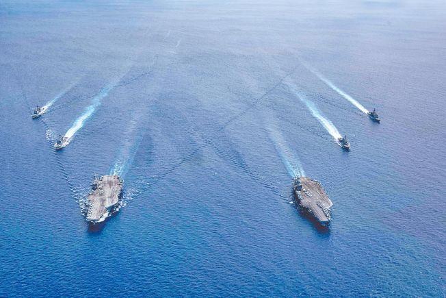 美媒報導,川普政府擬於本周發表與南海緊張情勢升高相關的聲明。圖為美國兩個航母戰鬥群到南海演習。(美聯社)