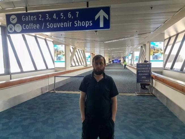卓菲莫夫原計劃前往菲律賓中部大城宿霧市度假,3月20日抵達菲國後卻因疫情無法入境,受困馬尼拉國際機場110天。(取材自臉書)