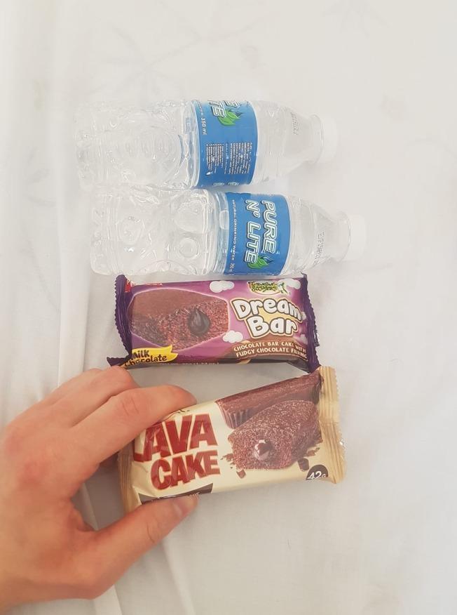 航空公司提供給卓菲莫夫的早餐是兩塊小蛋糕和兩瓶水。(取材自臉書)