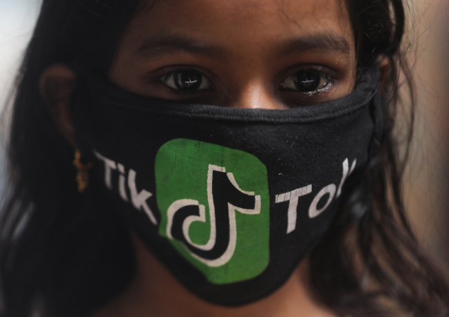 TikTok相當受印度年輕人歡迎。圖為孟買一名女孩戴著有TikTok商標的口罩。(路透)