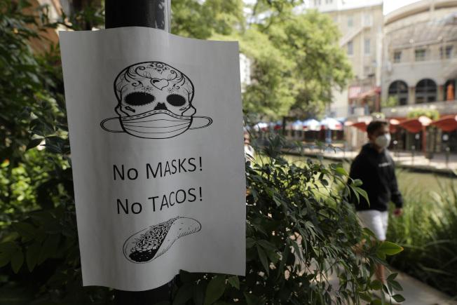 在聖安東尼奧市的要求戴口罩的標語 。(美聯社)