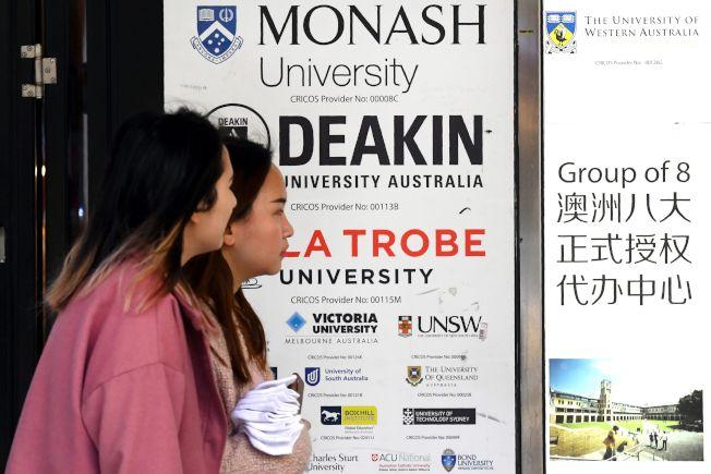 澳洲各大城到處可見中文告示牌。圖為墨爾本市中心的廣告。(Getty Images)