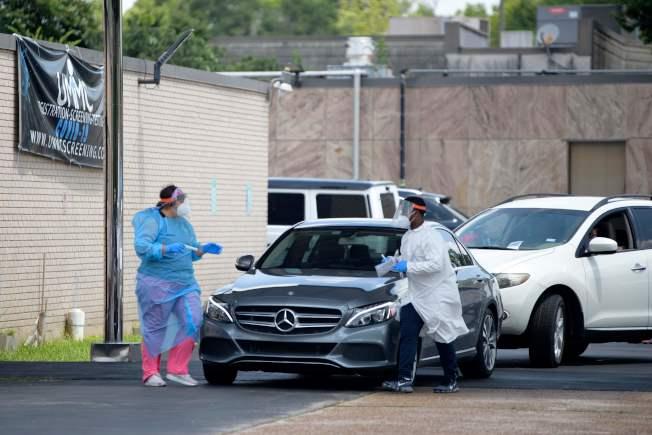 德州疫情升高,休士頓聯合紀念醫學中心的醫護人員忙著為民眾做病毒檢測。(Getty Images)