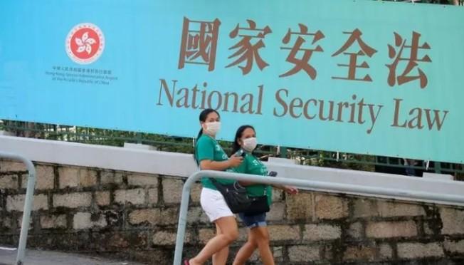 中國強推「港區國安法」後,倫敦當局承諾對港人提供「取得公民權之路」。住在英國的香港僑民樂見此事,但認為這個「希望的訊息」幫不到許多人,包括1997年後出生的港人。 美聯社