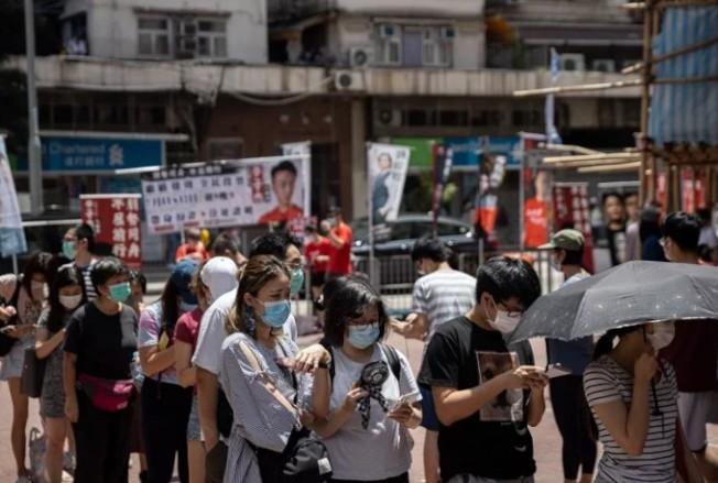 圖為香港民主派立法會初選第一天資料照,投票踴躍,多區服務站出現人龍。 歐新社