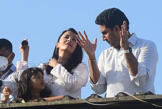 寶萊塢老牌巨星阿米塔巴昌一家三代染疫,圖為他的兒子阿比謝克巴昌(右)一家人。(Getty Images)