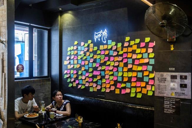 「華爾街日報」今天報導,美國考慮就中國近期在香港施行新國安法等舉動祭出制裁,但選項有限。圖為香港一處店家的連儂牆。(Getty Images)