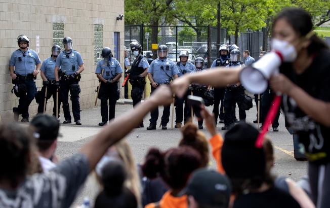 非洲裔佛洛伊德命案後,明尼蘇達州明尼亞波利斯市警員疲於奔命處理示威抗議活動。(美聯社)