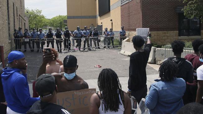非洲裔佛洛伊德命案後,明尼蘇達州明尼亞波利斯市警員即疲於奔命處理示威抗議活動。(美聯社)