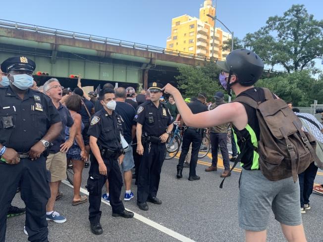 挺警與反警的近千示威者在貝瑞吉正面對峙。(記者黃伊奕/攝影)