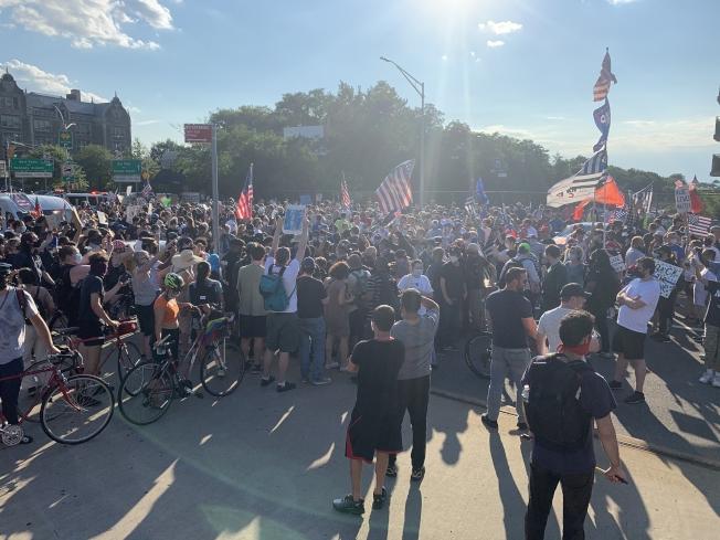 挺警遊行反警遊行近千示威者在貝瑞吉正面對峙。(記者黃伊奕/攝影)