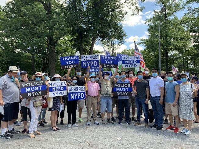 華裔商民自發組團,向紐約市警表達支持與感謝心意。(記者賴蕙榆/攝影)
