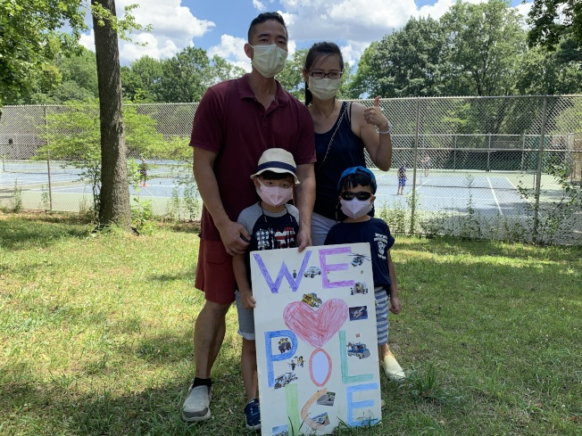 傅家槿(後排右)12日與丈夫和兩名孩子特別從長島到貝賽參加挺警遊行。(記者賴蕙榆/攝影)