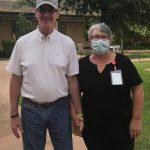 感人!佛州婦人去照護中心洗碗 只為與失智丈夫見面