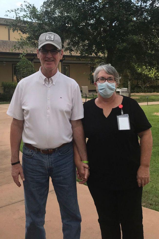 瑪莉‧丹尼爾(右)當了洗碗工後,能就近照顧失智丈夫史蒂夫(左)。取自推特