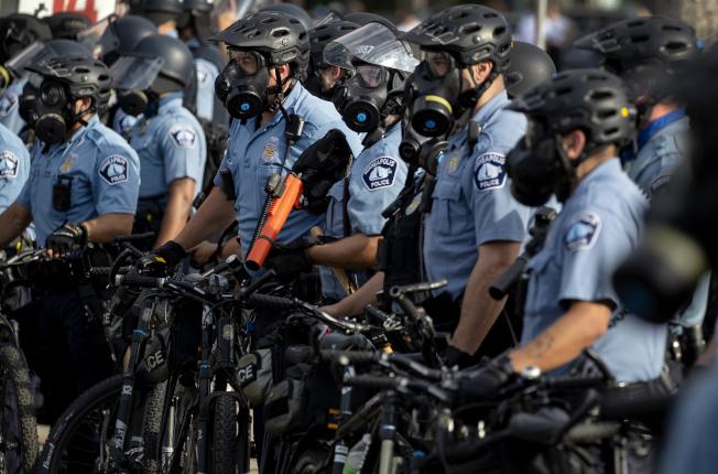 非洲裔佛洛伊德命案后,明尼苏达州明尼亚波利斯市警员即疲于奔命处理示威抗议活动。(美联社)