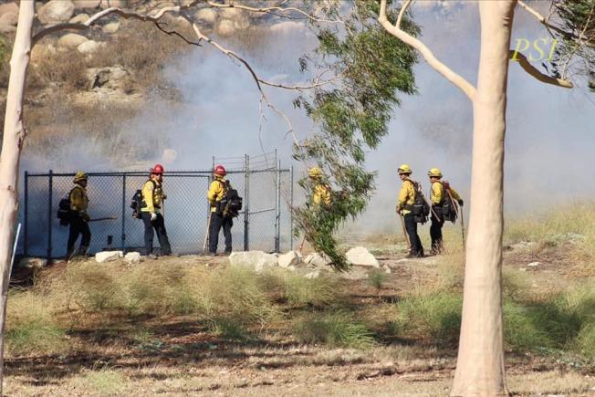 消防員在Woodcrest火場滅火。(警方提供)