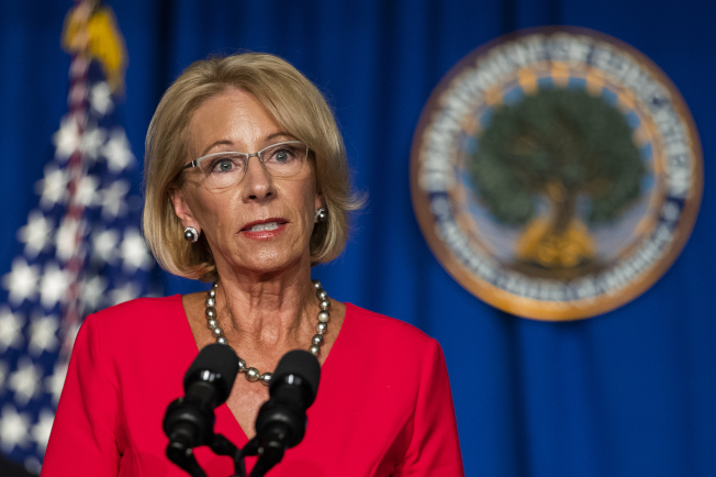 全美公校是否如期秋天开学,成为全美大辩论。教育部长狄弗斯12日受访时重申秋天开学的必要,各校可根据CDC的开学指南的规定灵活运用。(美联社)