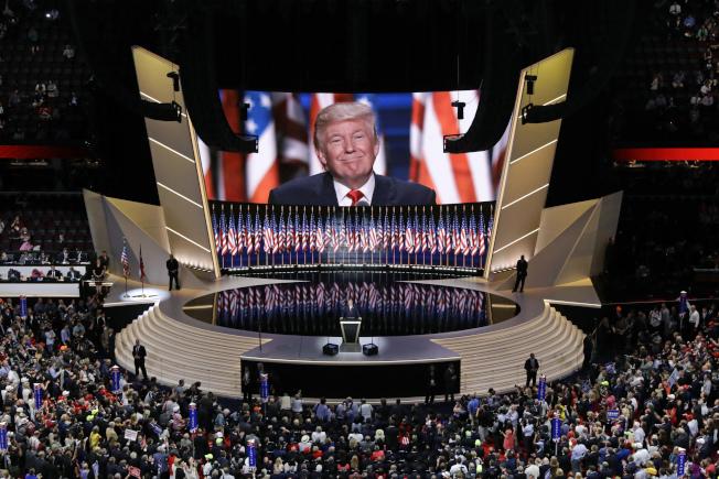 川普總統2016年7月在克里夫蘭市共和黨全代會上接受總統提名。今年在佛州的黨全代會如何進行,變數太多。(美聯社)