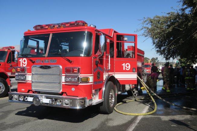 兩棲攻擊艦「好人理查號」發生大火後,聖地牙哥消防局出動大批消防車至現場支援灌救。(取材自推特)