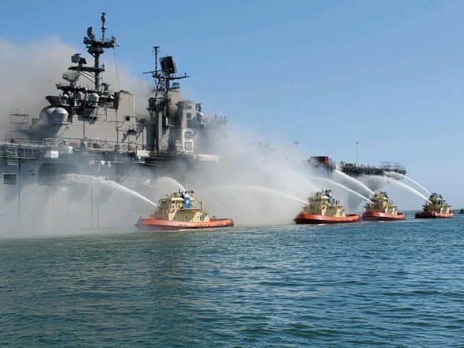 兩棲攻擊艦「好人理查號」發生大火後,四艘消防船從海上支援灌救。(取材自推特)