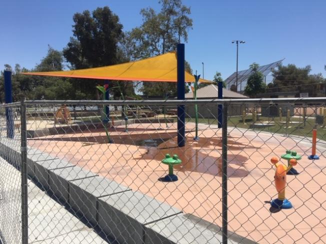 羅蘭岡社區公園的兒童戲水公園關閉,盛夏當頭空無一人。(記者楊青/攝影)