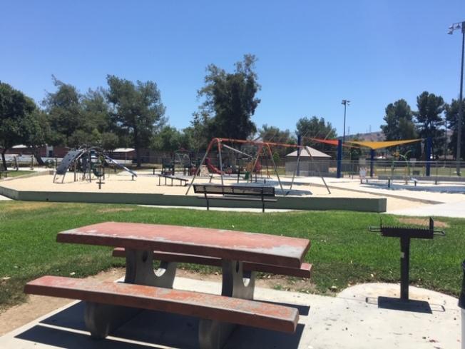 羅蘭岡社區公園星期天的景象,往年盛夏周末午後處處燒烤野餐玩耍戲水的熱鬧不再。(記者楊青/攝影)