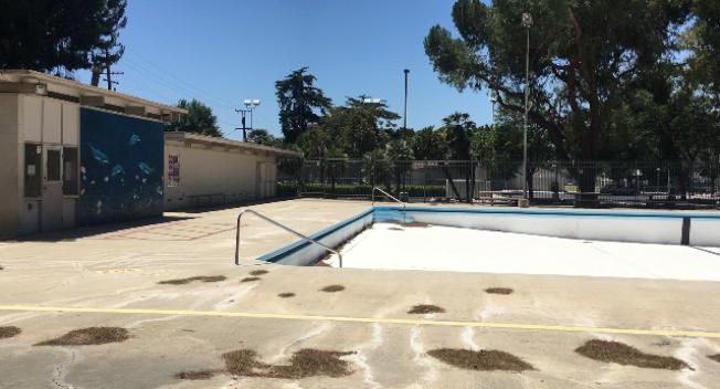 盛夏當前,波莫那的大型公共游泳池已全部放空,近期也無打算重開。(記者楊青/攝影)