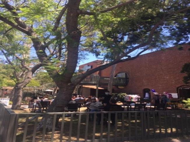 克萊蒙老城區的商家將室内餐飲搬到戶外, 商家相互扶持希望共度疫情難關。(記者楊青/攝影)