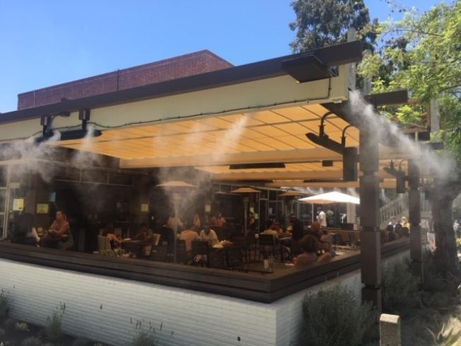 克萊蒙老城區的餐飲商家加裝水氣噴霧系統,營造清涼環境吸引民眾消費和納涼。(記者楊青/攝影)