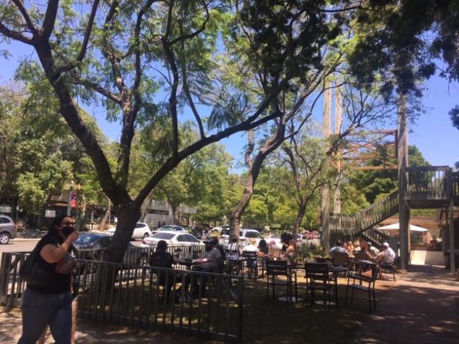 克萊蒙老城區的商家將室内餐飲搬到戶外,各路商家相互扶持希望拉回消費人氣,共度疫情難關。(記者楊青/攝影)
