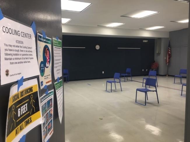 洛杉磯縣利用在各地的80個縣立公共圖書館設立避暑中心,供民眾降溫納涼。室內座位保持六呎社交距離。(記者楊青/攝影)