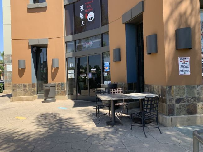 一家中餐廳的戶外餐桌沒有顧客使用。(記者啟鉻/攝影)