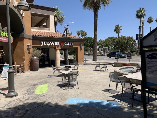 河濱市河濱加大附近美食廣場,雖然有擺放桌椅,但顧客很少。(記者啟鉻/攝影)
