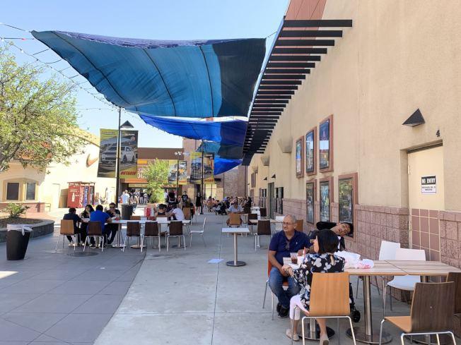 安大略購物中心的餐廳業者,在戶外空間擺放餐桌,提供顧客在室外用餐。(記者啟鉻/攝影)